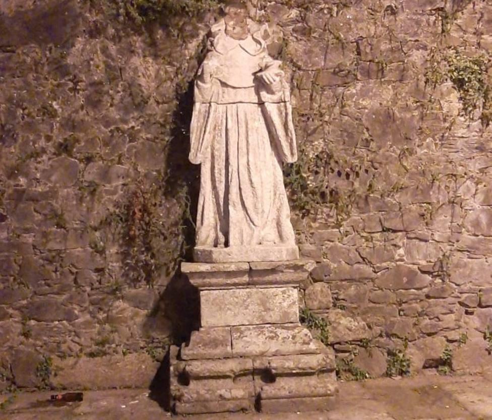 La estatua apareció con la cabeza decapitada - FOTO: Concello de Pontedeume