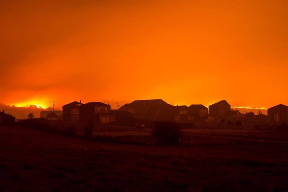 Sin control una decena de incendios de más de 4.000 hectáreas en Galicia