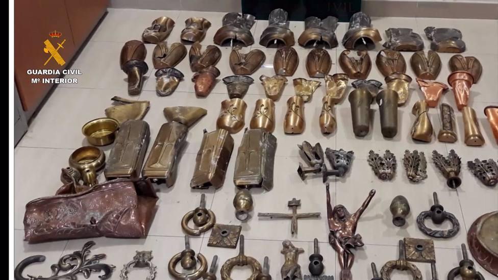 La Guardia Civil investiga a cinco personas en Baena por 12 hurtos de ornamentos funerarios