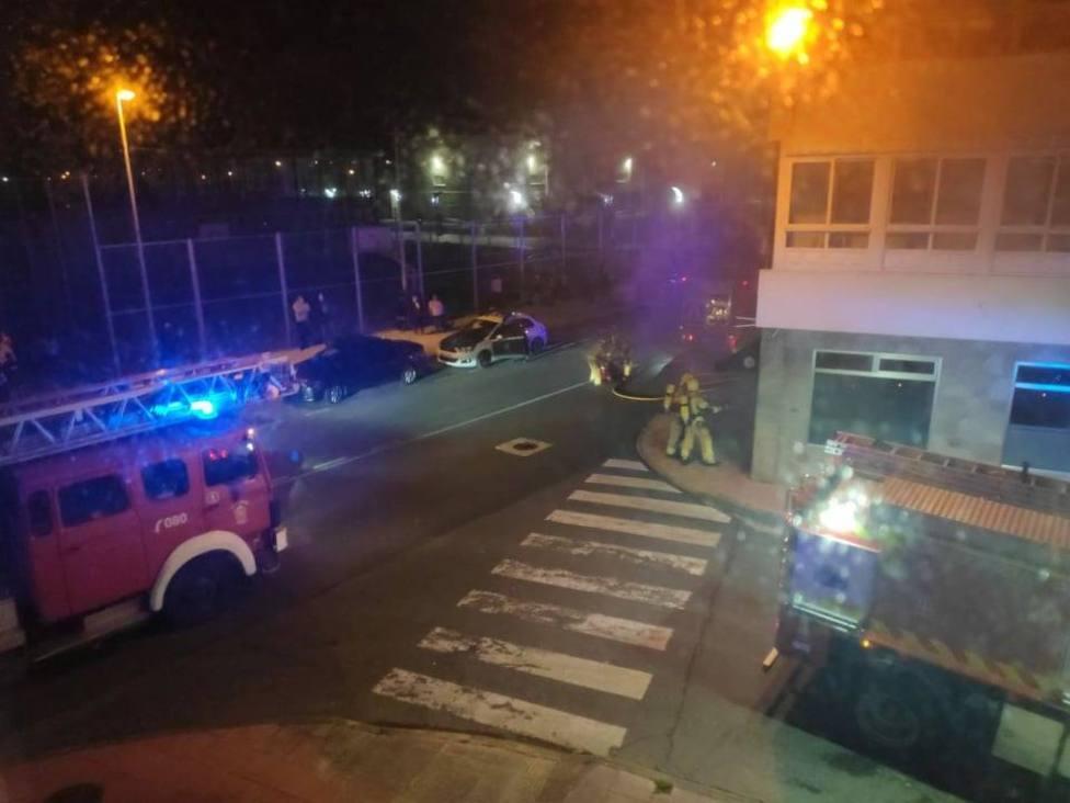 Los bomberos actuando ante el local de hostelería de San Valentín - FOTO: Tráfico Ferrolterra