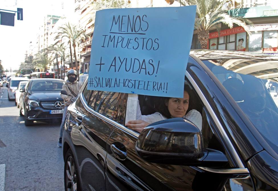 Caravana de vehículos del sector del ocio y la hostelería, este miércoles en Alicante (EFE)