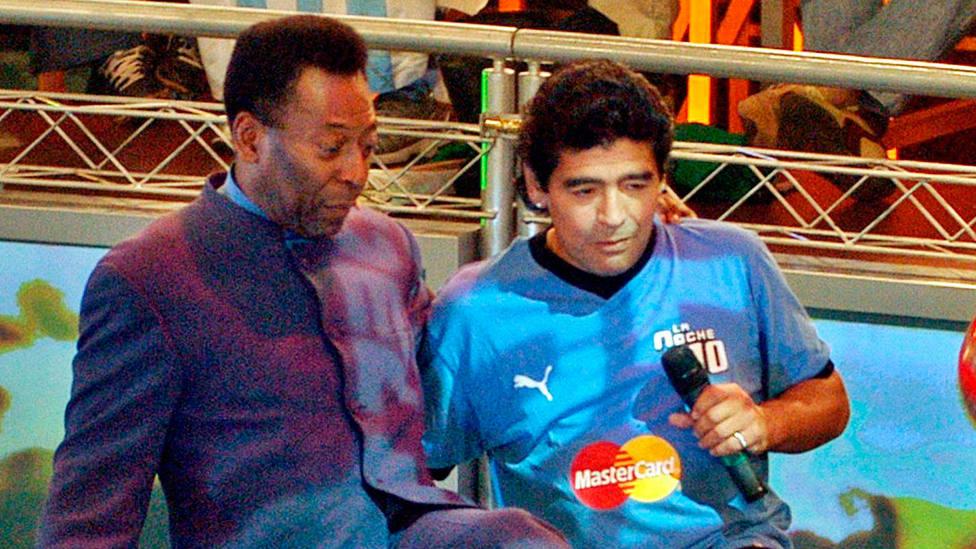 Pelé y Diego Armando Maradona, juntos en un programa de televisión en 2005. CORDONPRESS