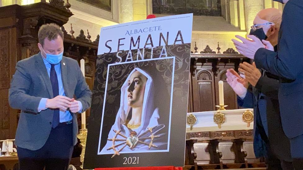 Momento en el que se descubre el cartel Semana Santa Albacete