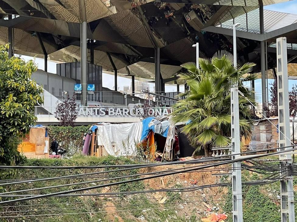 La Guardia Urbana desaloja el asentamiento de barracas del entorno de las Glòries