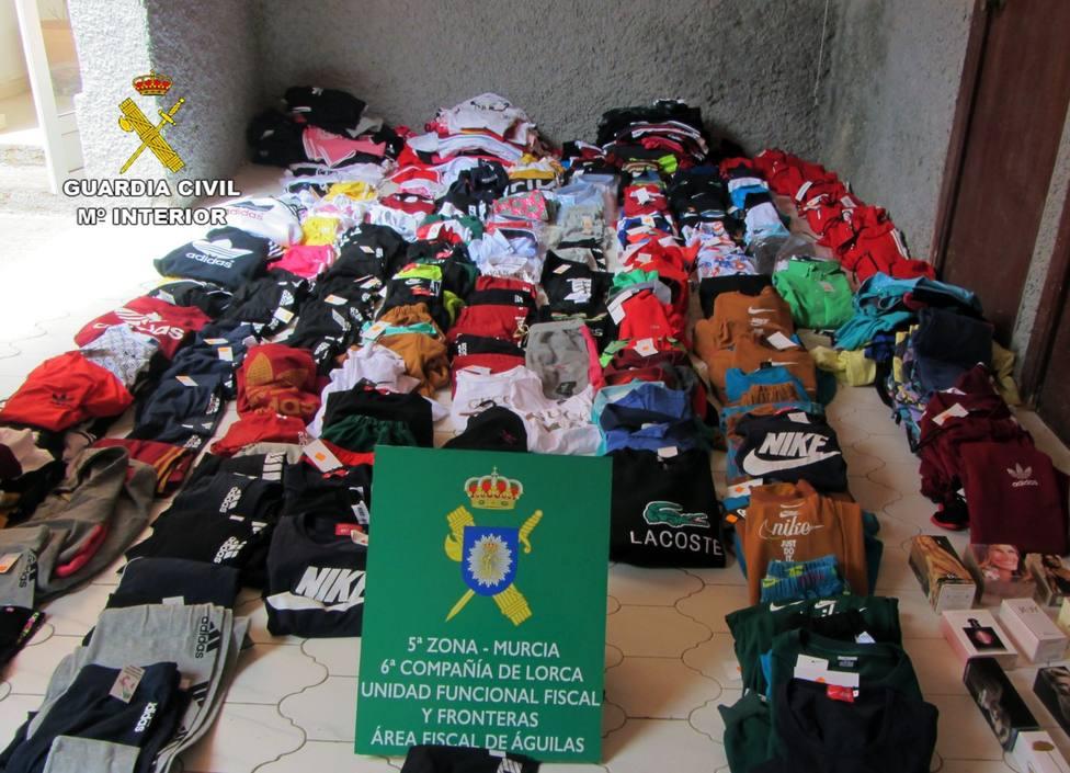 Intervenidas 350 prendas de vestir y 20 perfumes falsificados en una tienda de Águilas
