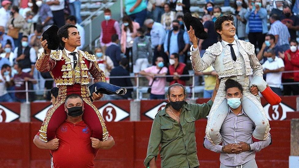 López Chaves y Roca Rey en su salida a hombros este jueves en Salamanca