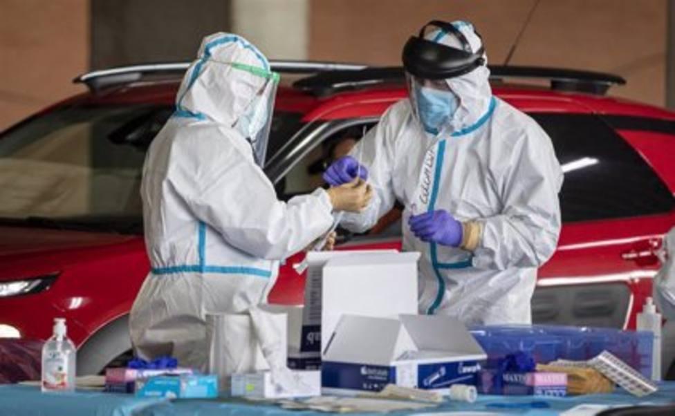 Enfermeras inoculando vacunas