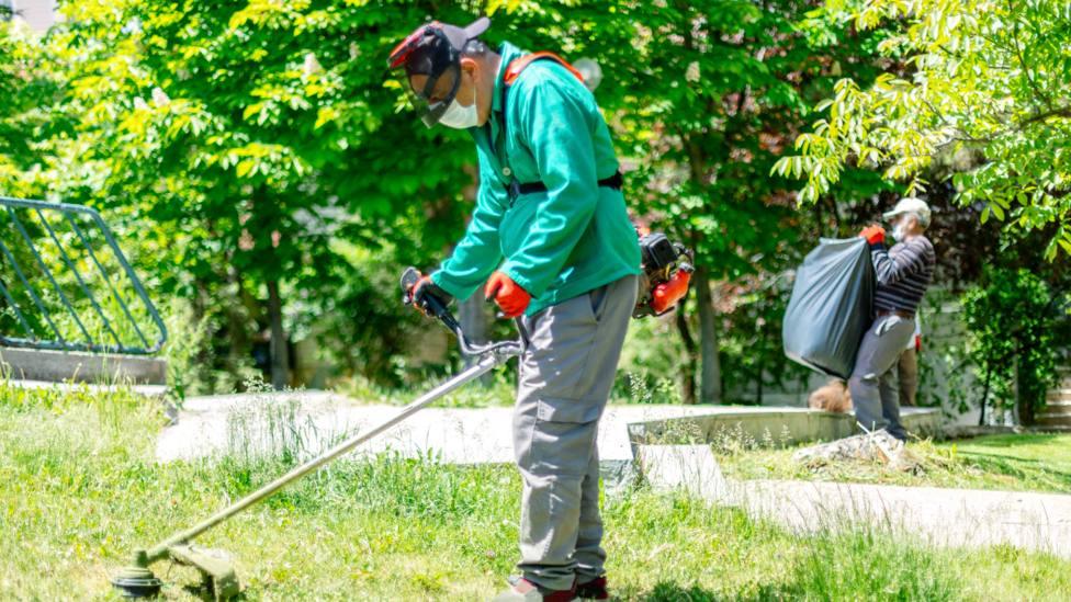 Foto de archivo de un operario realizando tareas de limpieza