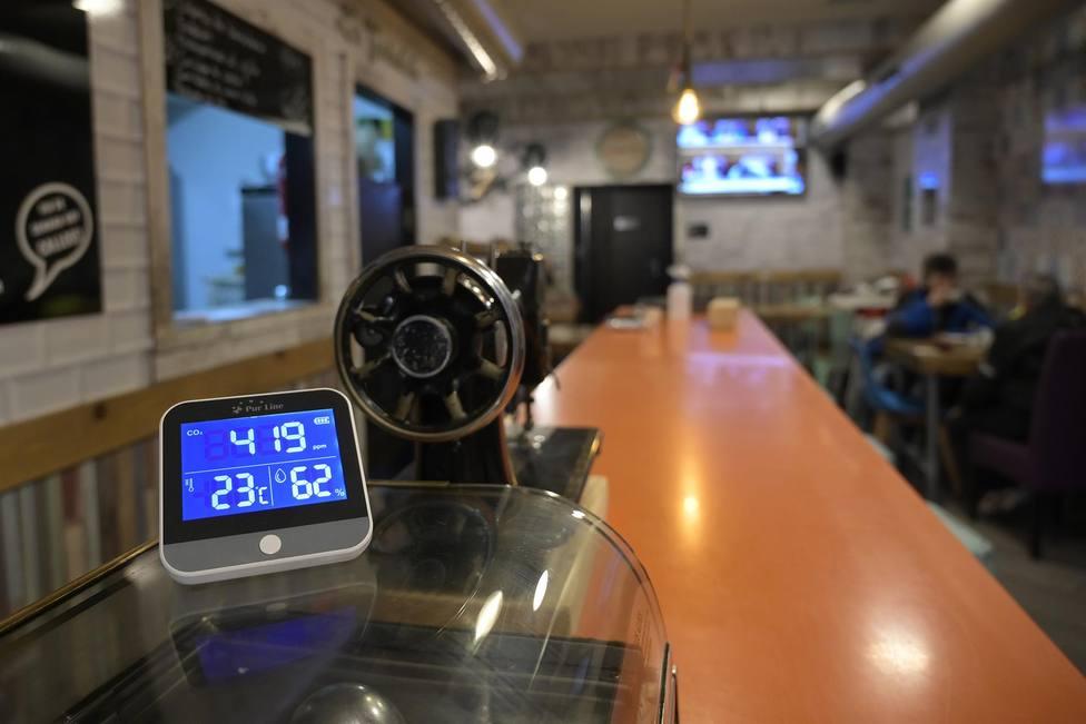 Foto de archivo de una barra de un bar con un medidor de CO2 - FOTO: Europa Press / M. Dylan