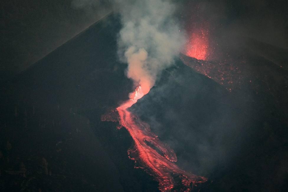 Se intensifica la erupción en Cumbre Vieja provocando una nueva colada de lava que avanza hacia el mar