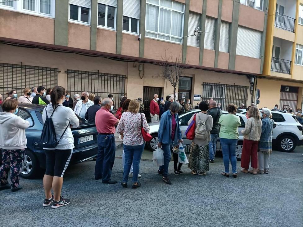 Vecinos ante el consultorio del barrio de Ferrol Vello - FOTO: AVV Ferrol Vello