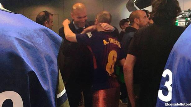 Zinedine Zidane y Andrés Iniesta se fundieron en un abrazo al finalizar el Clásico (@casadelfutbol)