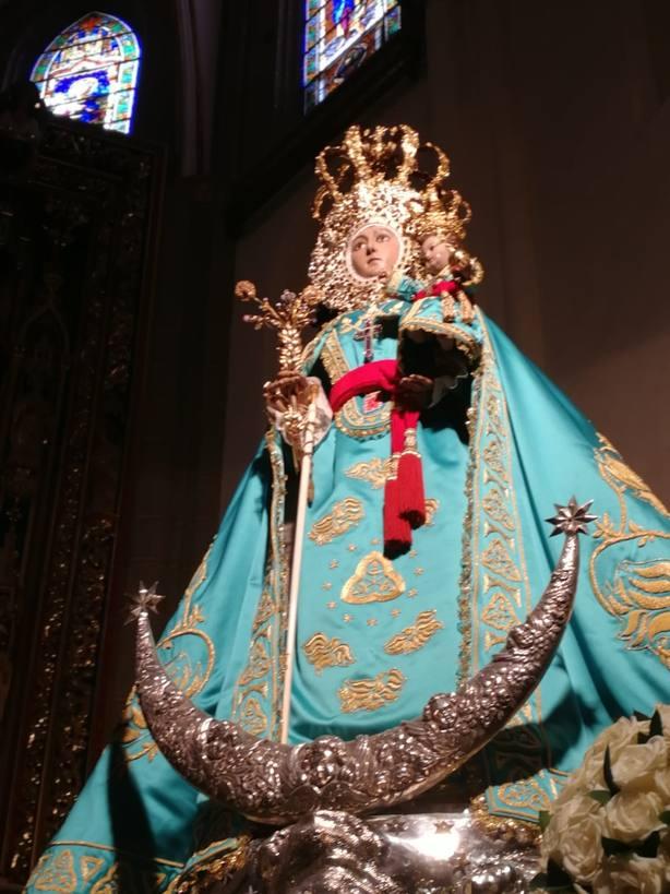 La Virgen de la Fuensanta luce un manto bordado por todos los murcianos en el día de su onomástica