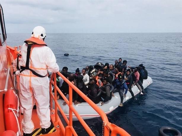 Rescatados 51 inmigrantes de una patera en el mar de Alborán