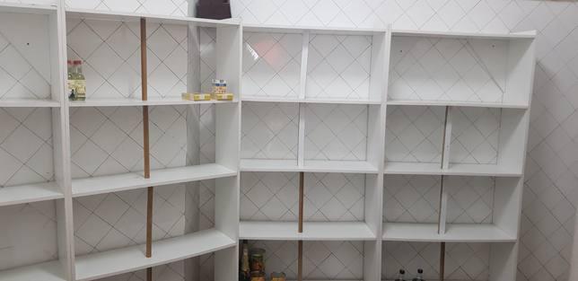 Las estanterias de Cáritas Santa Cecilia, en Narón, se quedaron completamente vacías