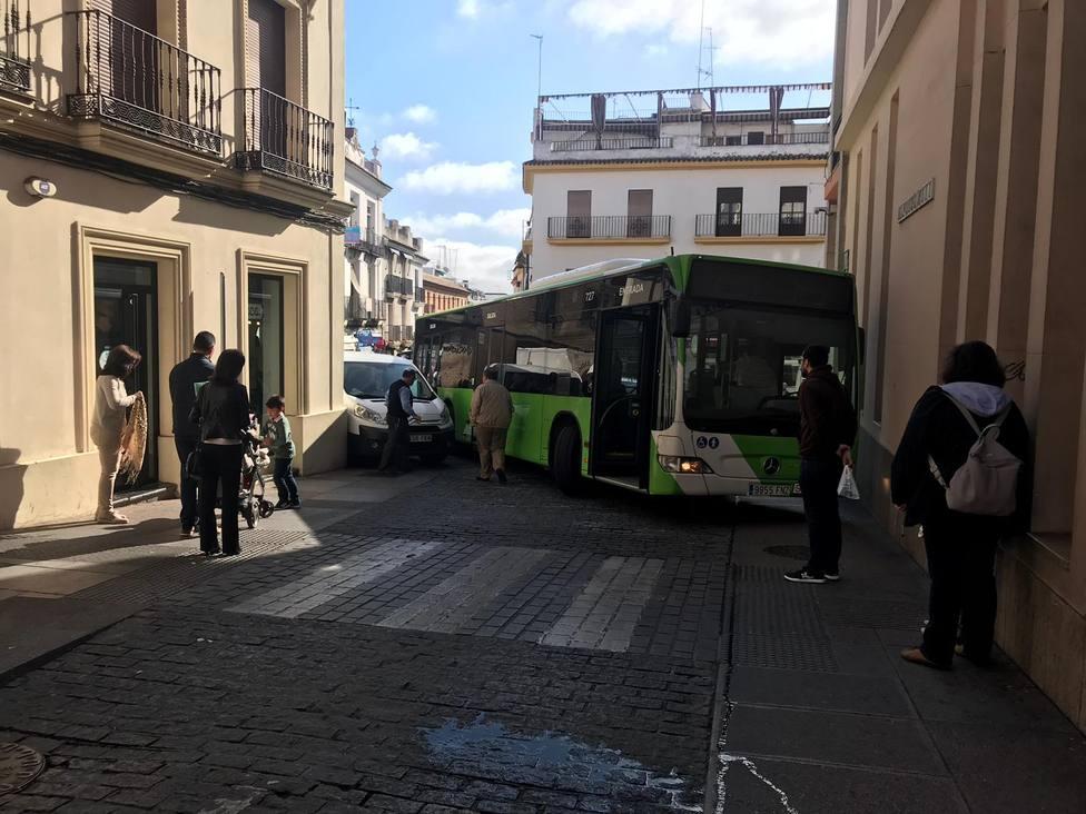 Autobús de Aucorsa en una maniobra