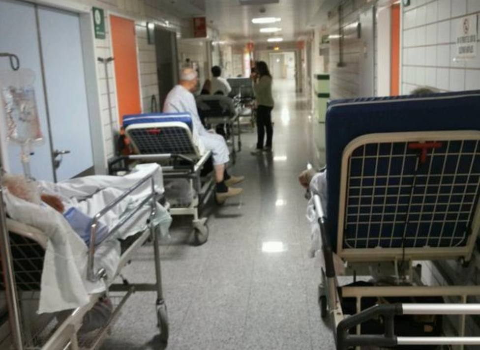Foto de archivo con usuarios de urgencias en los pasillos