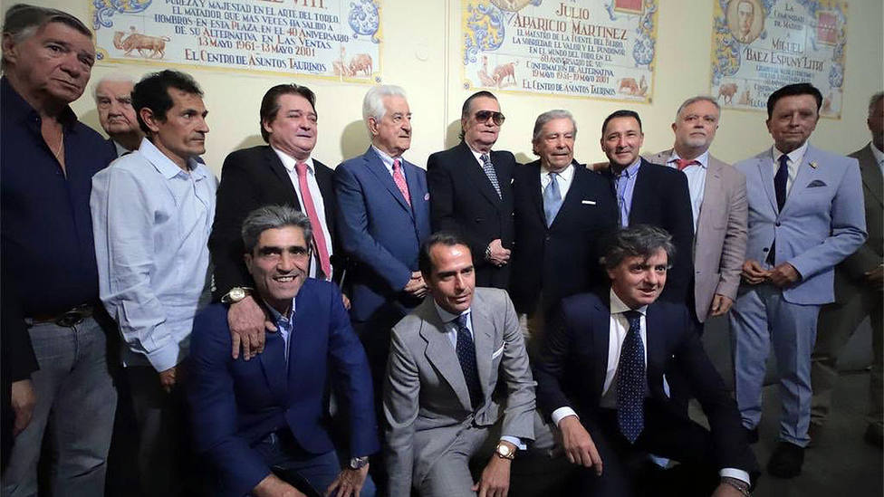 Ángel Teruel, en el centro de la imagen con gafas de sol, durante el acto de homenaje celebrado en Las Ventas