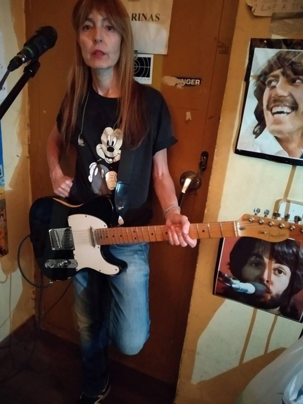 La vocalista de New Day, Amparo Llanos, busca una guitarra desaparecida tras un concierto de su grupo en Girona