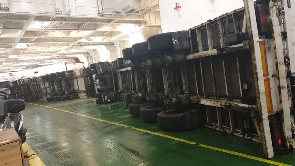 El temporal provoca el vuelco de varios camiones en un buque que cubría la ruta Barcelona- Alcudia-Ciutadellla