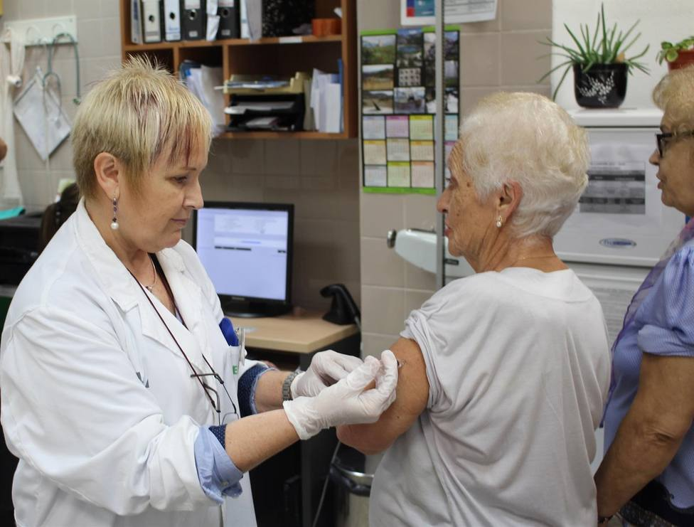 Sanidad espera alcanzar una cobertura de vacunación de la gripe del 65% en mayores de 65 años y del 40% en sanitarios