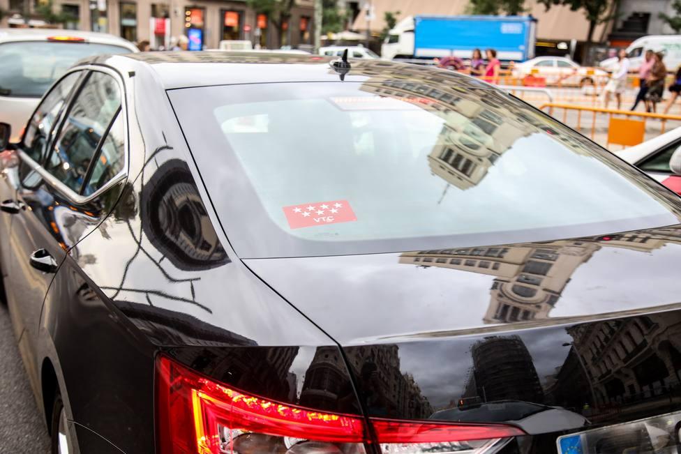 Los coches de firmas como Uber y Cabify se disparan un 26% en Madrid y caen un 5,4% en Barcelona