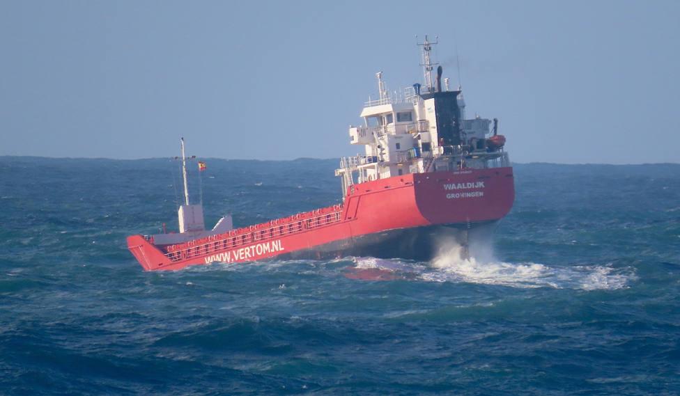 Un buque mercante sufriendo un temporal en nuestras costas - FOTO: José R. Montero