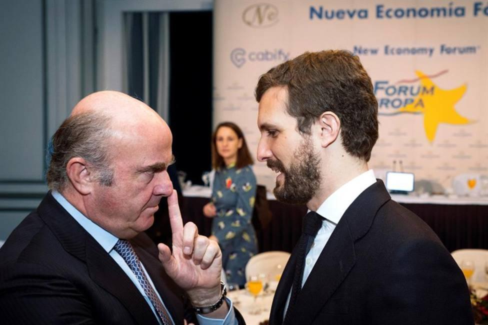 El vicepresidente del Banco Central Europeo, Luis de Guindos, conversa con Pablo Casado