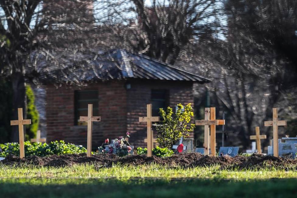 Cruces sobre las tumbas de los fallecidos por COVID-19 en el Cementerio de Flores, en Buenos Aires (Argentina)