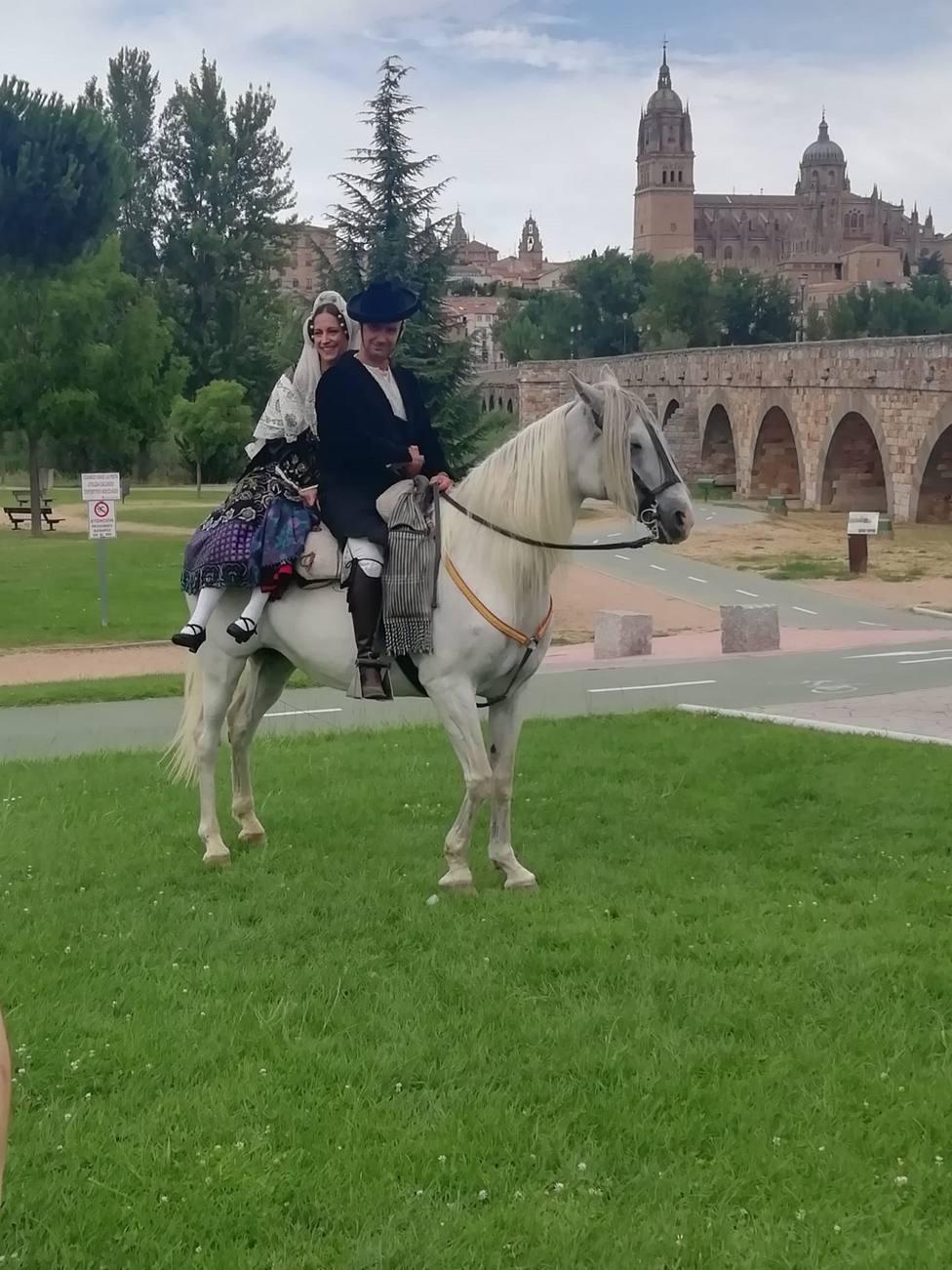 Jinete y caballo engalanado con la ropa típica charra