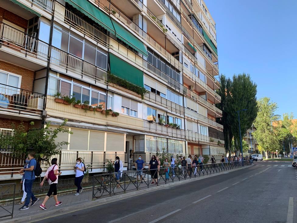 Largas colas y quejas de profesores también este jueves en las pruebas COVID de Leganés