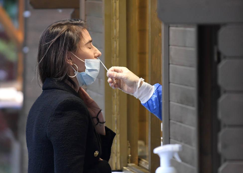 Una mujer realizando una prueba de coronavirus - FOTO: Europa Press / Radovan Stoklasa
