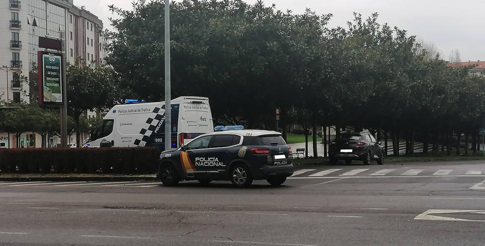 El vehículo de la Policía Nacional y el turismo particular en la zona de la colisión - FOTO: J. G.