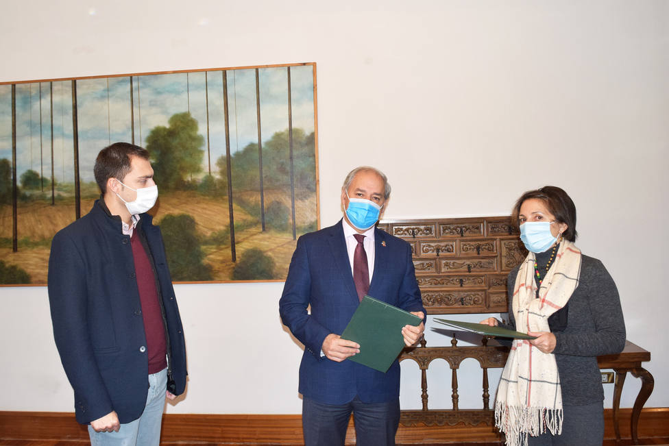 José Tomé Roca y María Dolores Somoza firman el convenio para la formación de redeiras