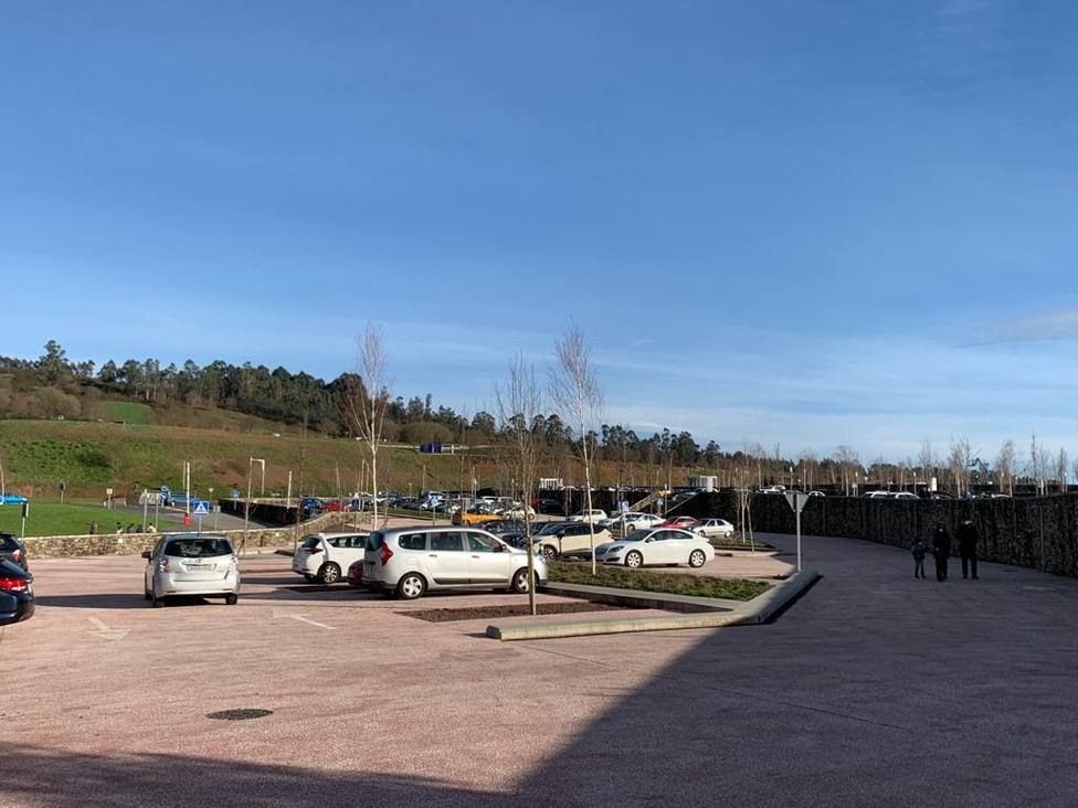 El aparcamiento de la Ciudad de la Cultura se llenó de coches el domingo