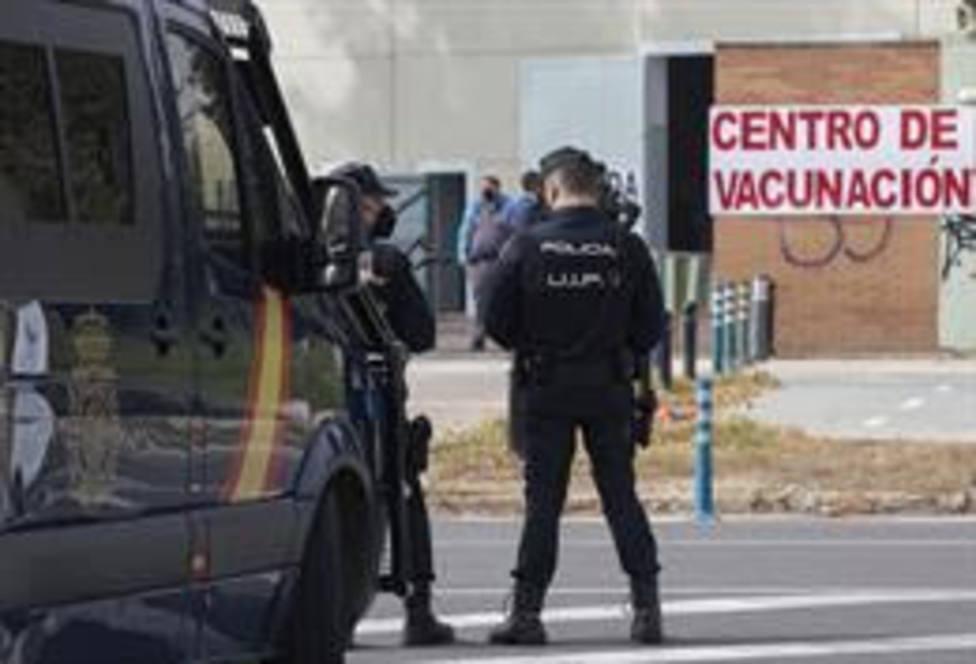 Policías nacionales acceden a un centro de vacunación contra la Covid-19