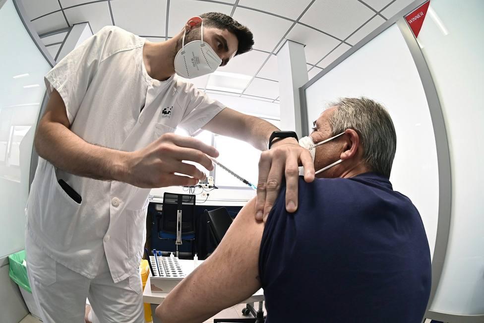 ¿Debería España eliminar las franjas de edad para vacunar? La estrategia que ya se está aplicando en Europa