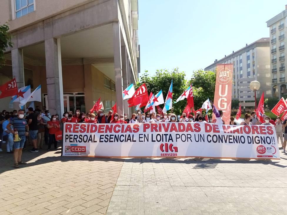 Concentración desarrollada este lunes a las puertas de la Residencia DomusVi Ferrol - FOTO: Cedida
