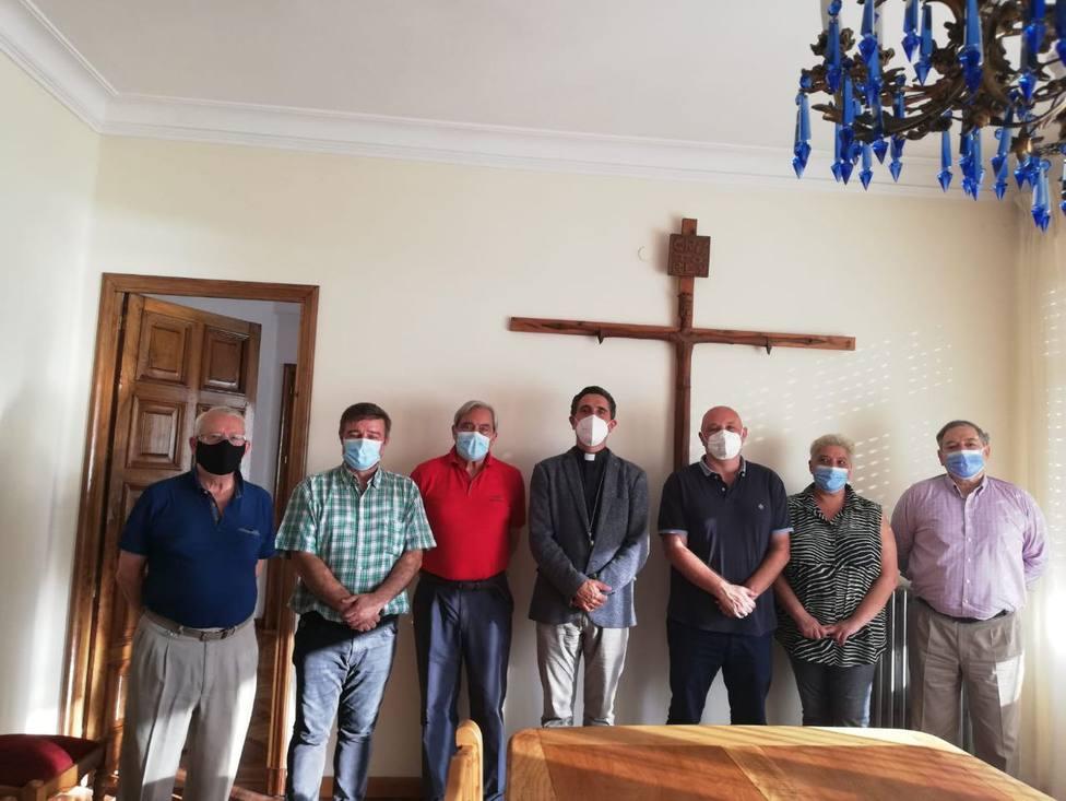 Monseñor García Cadiñanos, en el centro, con los integrantes de las cofradías - FOTO: Junta de cofradías
