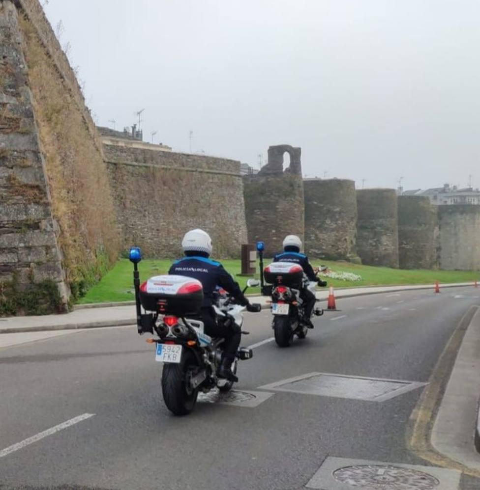 Dos agentes de la Policía Local patrullan en moto por la Ronda