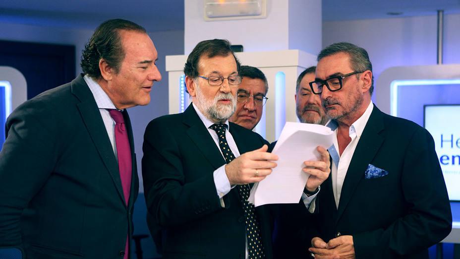 Mariano Rajoy muestra datos a Antonio Jiménez (director de El Cascabel), Carlos Herrera, Antonio San José (periodista) y Bieito Rubido (director de ABC)