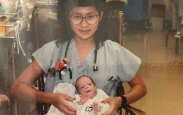 Una enfermera y un bebé prematuro al que salvó la vida: 28 años después se reencuentran en el trabajo