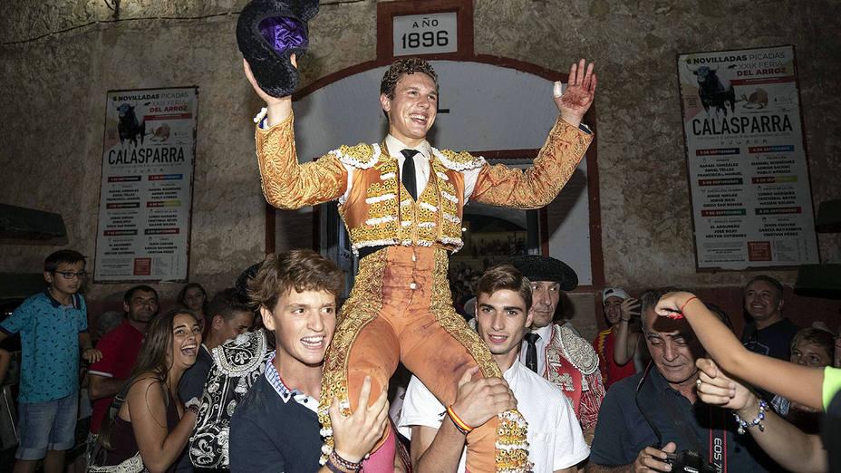 Adrien Salenc en su salida a hombros en la plaza de toros de Calasparra