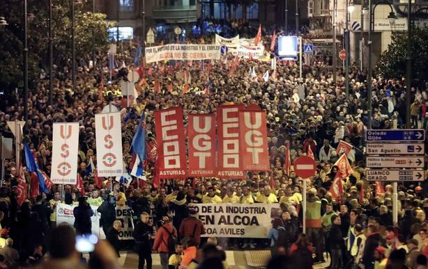 Miles de personas se manifiestan en Avilés contra el cierre de Alcoa