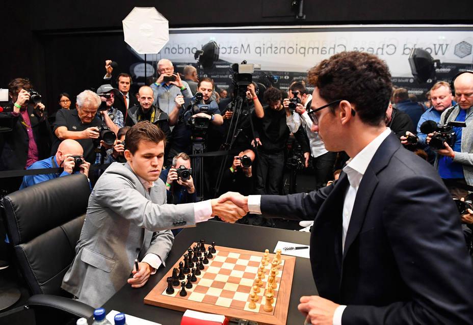 Carlsen tumba a Caruana por la vía rápida y retiene la corona (EFE)