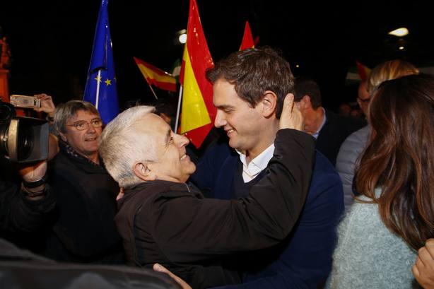 Rivera: A Marín no le va a llamar nadie para no levantar alfombras y a PSOE y PP sí por tener mucha basura