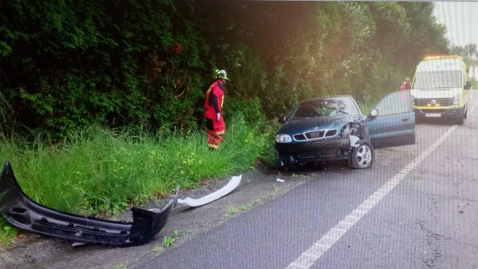 El vehículo accidentado todavía sobre la conueta de O Val
