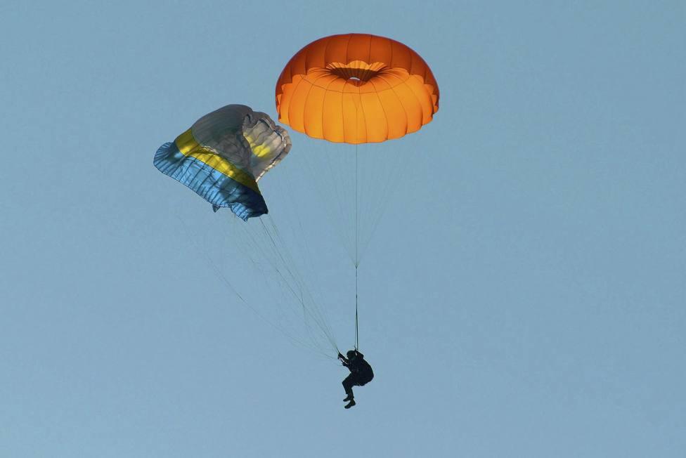 La milagrosa maniobra de un paracaidista en cuestión de segundos, que acabó por salvarle la vida