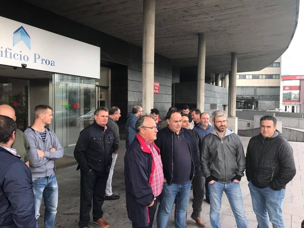Delegados y responsables sindicales a las puertas de la sede de Endesa en A Coruña - FOTO: CIG