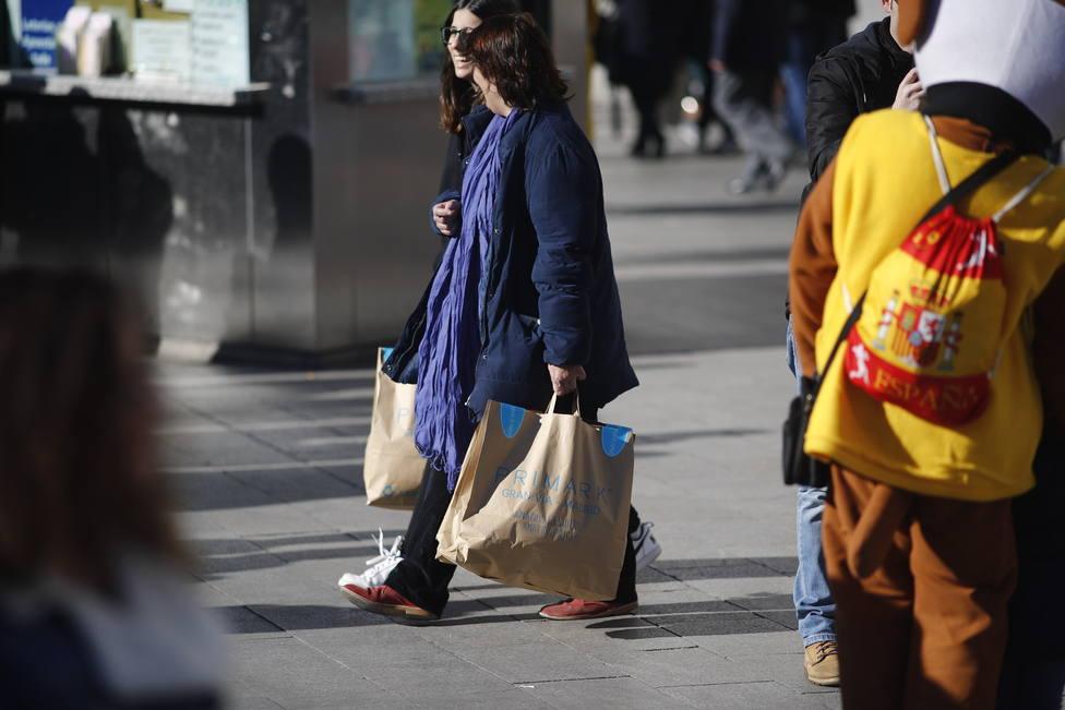 Cada español prevé gastar 589 euros de media en sus compras navideñas